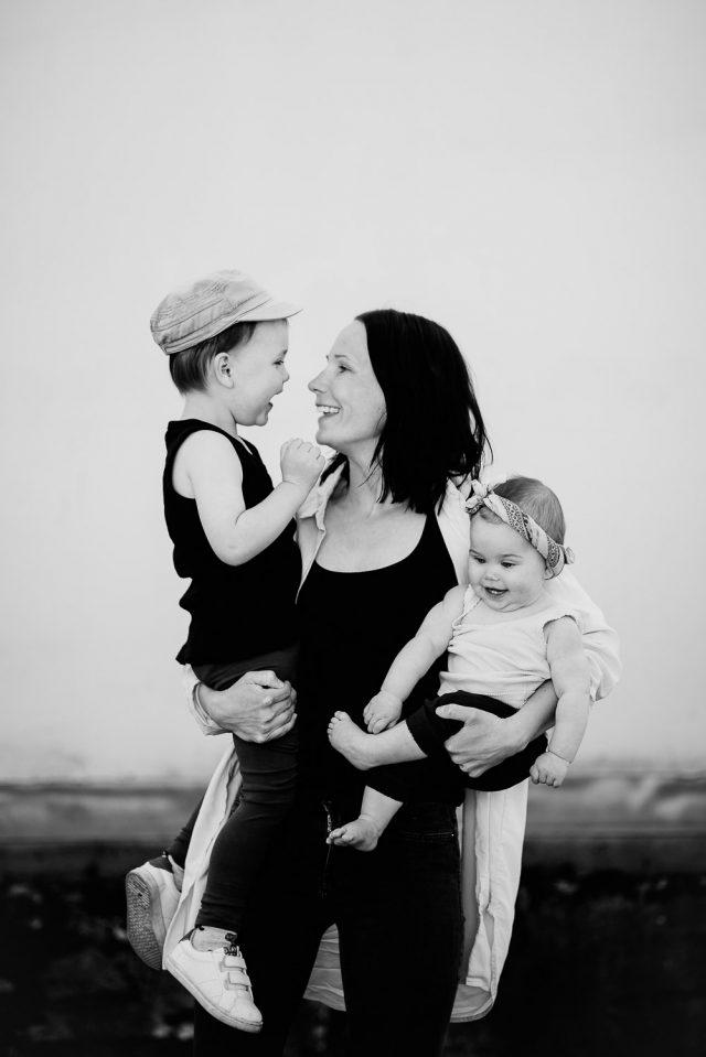 mamma med barn på armen